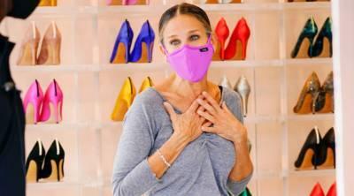 Сияющие сапоги и брюки карго: Сара Джессика Паркер посетила свой бутик в Нью-Йорке в очень неожиданном образе