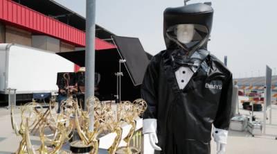 Награды «Эмми» вручат люди в защитных костюмах-смокингах